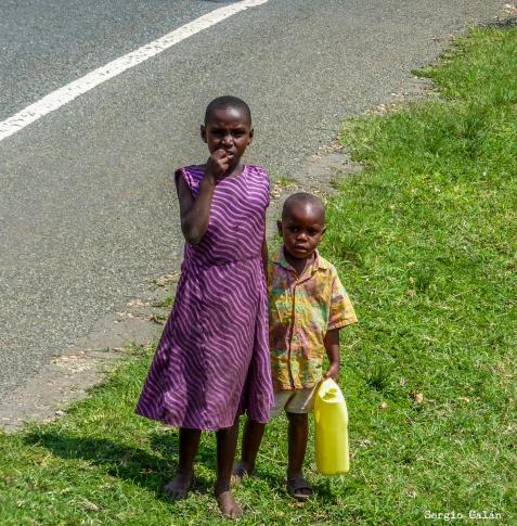6 niña Uganda agua