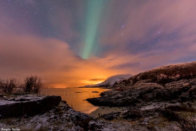 La luz anaranjada es contaminación lumínica de la ciudad de Tromso.