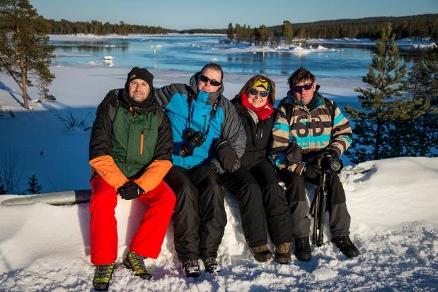 """No la pongo porque sea la foto oficial de grupo. Ni porque se junten dos imposibles en esta época en Laponia: sol y agua líquida. Exacto, la pongo porque me encantan mis pantalones """"red fire"""". A mi izquierda: Tony, Vicen, Pardo."""