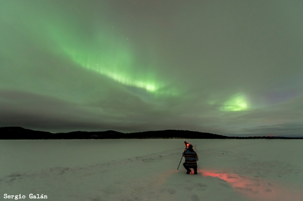 Sergio Pardo fotografiando una aurora boreal.